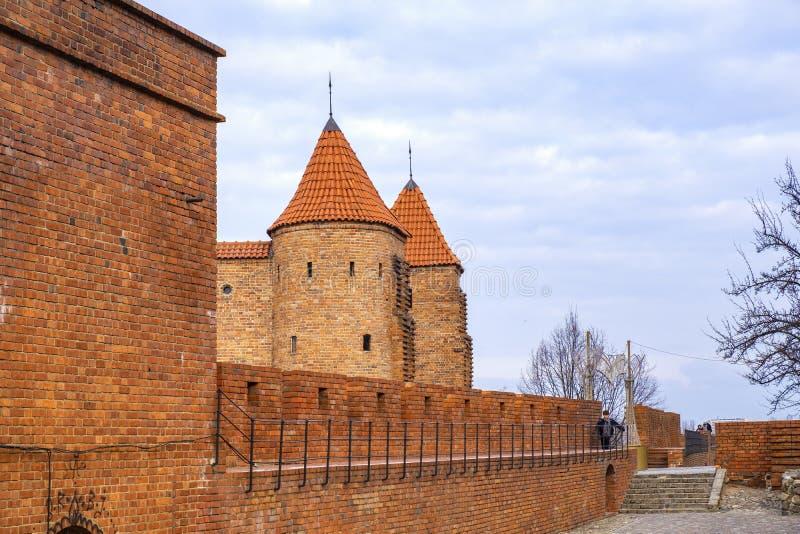 Varsovia, Polonia - la barbacana - puesto avanzado fortificado semicircular del siglo XVI con las paredes de la defensa y los for imagen de archivo