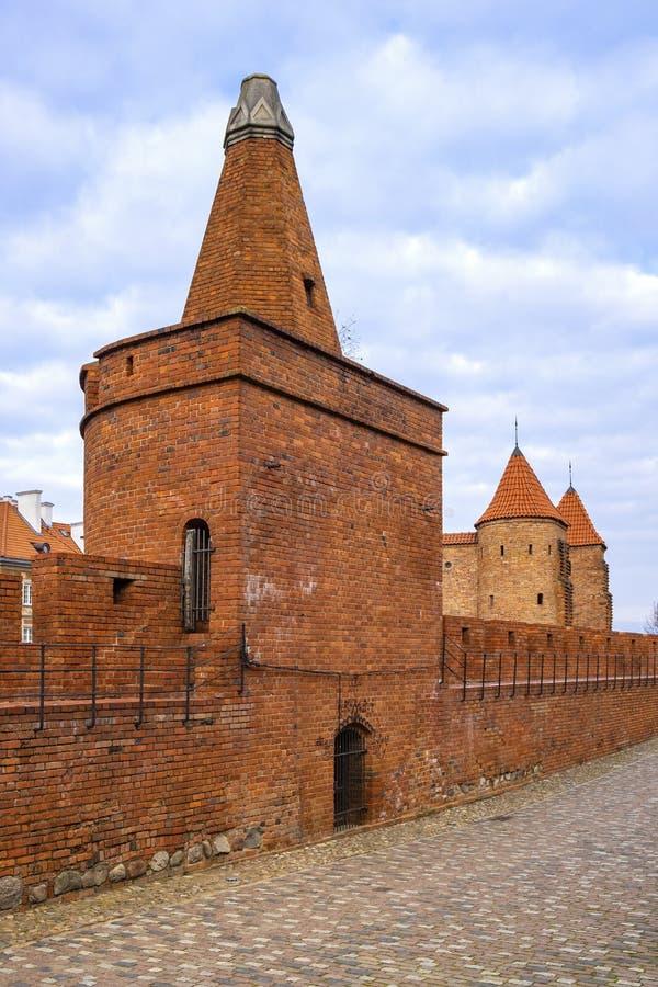Varsovia, Polonia - la barbacana - puesto avanzado fortificado semicircular del siglo XVI con las paredes de la defensa y los for fotos de archivo libres de regalías
