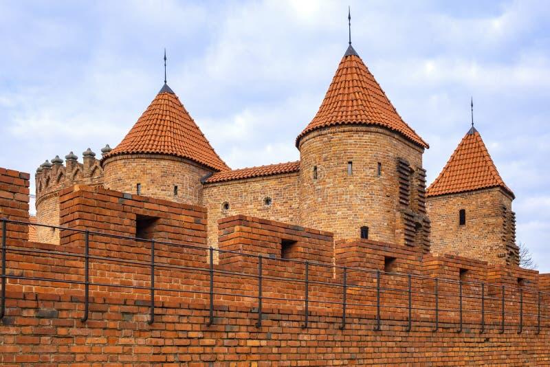 Varsovia, Polonia - la barbacana - puesto avanzado fortificado semicircular del siglo XVI con las paredes de la defensa y los for fotos de archivo