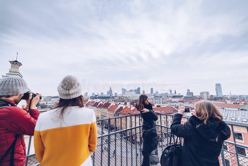 Varsovia Polonia - marzo de 2018 gente que presenta y que toma la foto en la torre de Varsovia durante la estación del invierno fotos de archivo libres de regalías