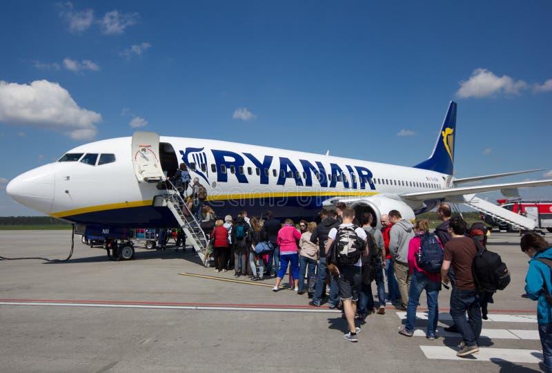 VARSOVIE - 2 MAI 2015 : Passеngers embarquant le vol de Ryanair, sur le mA photo libre de droits