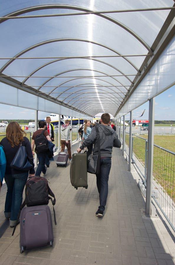 VARSOVIE - 2 MAI 2015 : Passеngers embarquant un vol dans Modlin AI images libres de droits