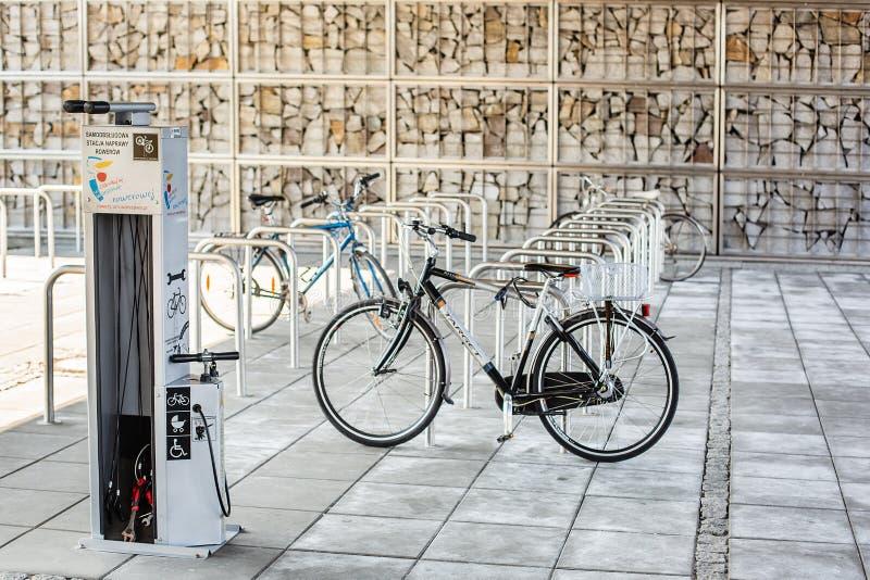 Varsovie Pologne 3 avril 2018 Parking pour des bicyclettes Bicyclette dans le parking, beaucoup de sièges vides Le vélo est encha images stock