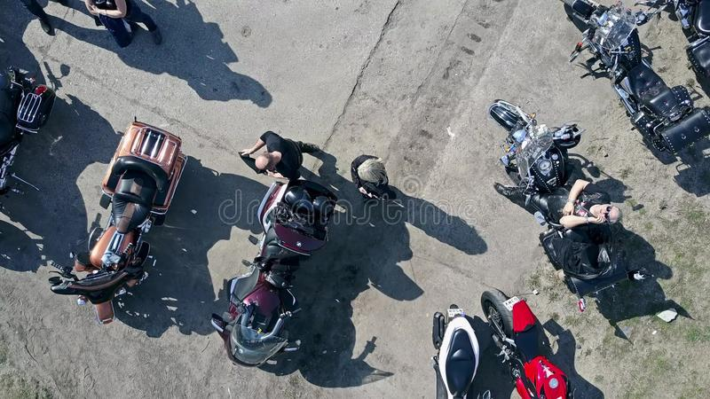 VARSOVIE, POLOGNE - AVRIL, 1, 2017 Tir aérien d'exposition extérieure de moto et mi de motard âgé parlant à son téléphone, bas photo libre de droits