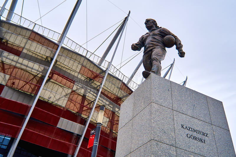 Varsovie, Pologne - 9 avril 2016 : Une statue d'entraîneur de football américain polonais légendaire Kazimierz Gorski placé près  images stock