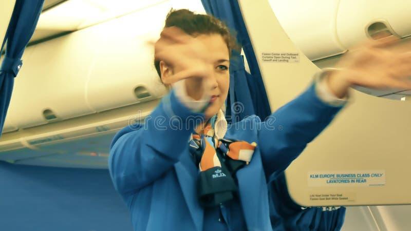 VARSOVIE, POLOGNE - 25 DÉCEMBRE 2017 Steward (hôtesse de l'air) de KLM donnant l'instruction de sécurité aux passagers images libres de droits