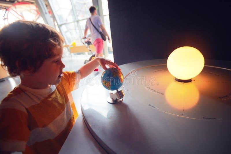 VARSOVIE, POLOGNE - 20 juin 2019 : Enfant explorant la saison et l'heure du jour changeant selon la pente de la terre et son photo libre de droits