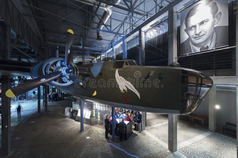 Varsovie, Pologne, l'Europe, décembre 2018, reproduction de bombardier du libérateur B24 dans le musée de soulèvement de Varsovie photographie stock libre de droits
