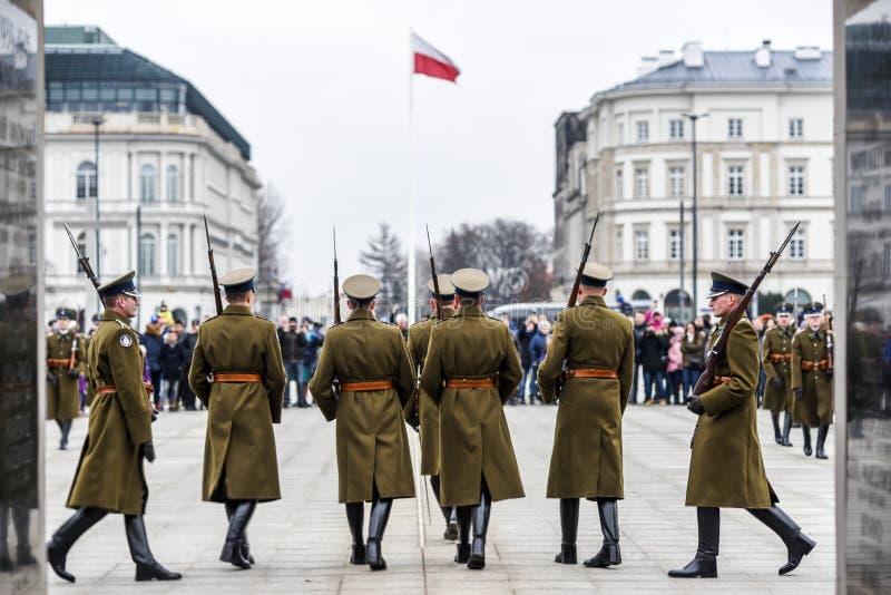 Varsovie, Pologne, le 17 f?vrier 2019 : Soldats polonais pendant le changement de la garde ? la tombe d'un soldat inconnu photos stock