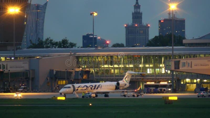 VARSOVIE, POLOGNE - 14 SEPTEMBRE 2017 Avion commercial d'Adria Airways sur le terminal international d'aéroport Chopin à image stock