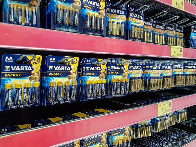 Vartabatterijen voor verkoop in een supermarkt stock afbeelding