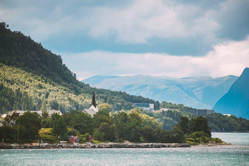 Vartdal, Norwegia Krajobraz Z Miastem Vartdal I Starym Drewnianym Kościołem Kościół Skyline Cityscape w słoneczny dzień letni Wię obraz stock