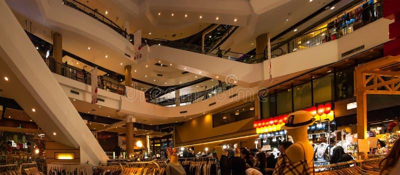 Varuhusskärmen på försäljningar på mitten av shoppinggallerian royaltyfri bild