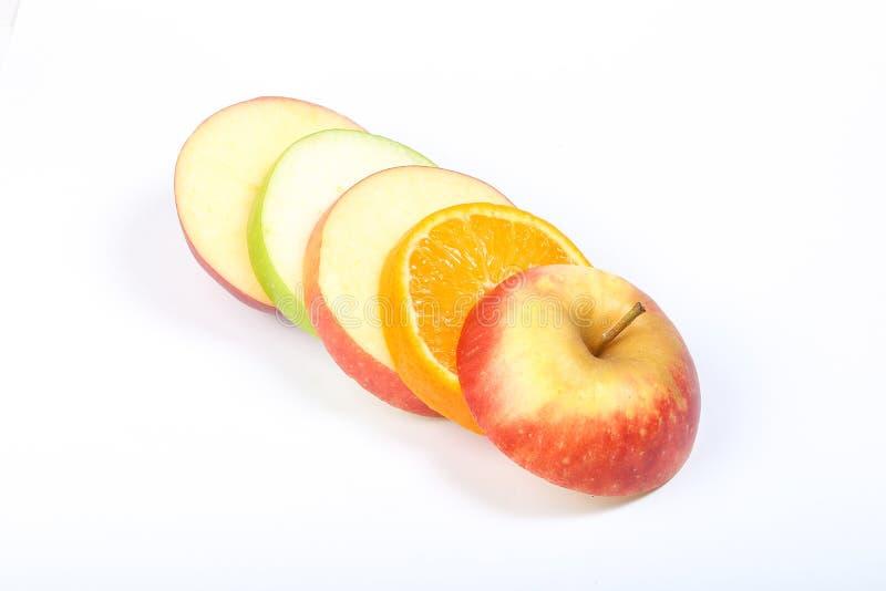 Varvad Apple apelsin som skivas arkivbilder