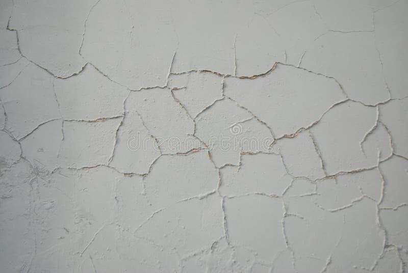 Varvade Gray Wall Åtskilligt spårar av reparation Decoupling av murbruk, mortel, cement Målad gammal vägg royaltyfria bilder