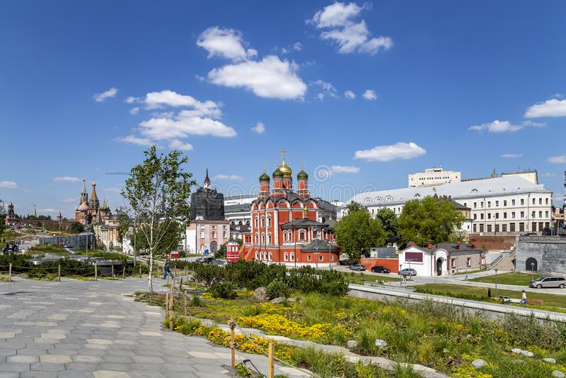 Varvarka-Stra?e mit den Kathedralen und Kirchen - gelegen nahe Rotem Platz in Moskau, Russland stockfoto