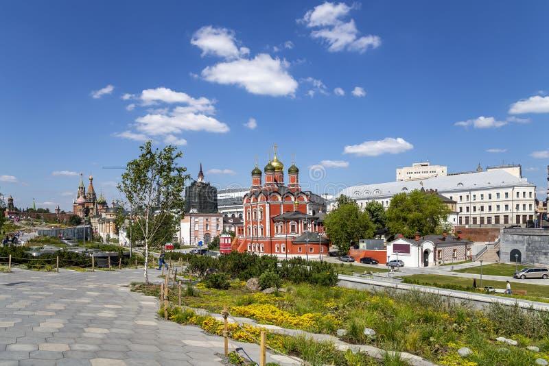 Varvarka ulica z katedrami i ko?ci?? lokalizowa? blisko placu czerwonego w Moskwa -, Rosja zdjęcie stock