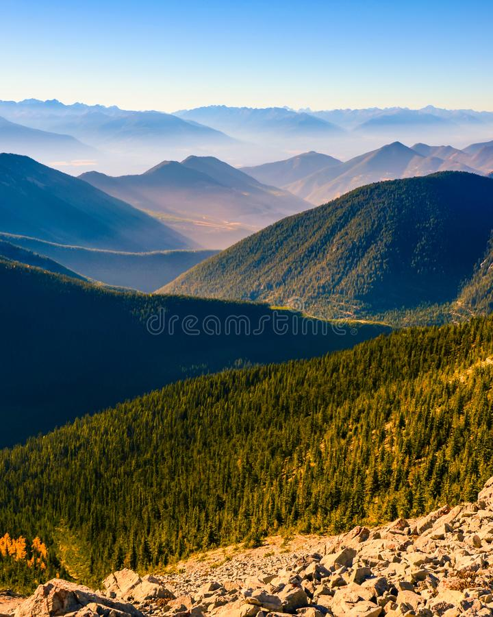 Varvat berglandskap av det Pedley passerandet, British Columbia, Kanada royaltyfria bilder