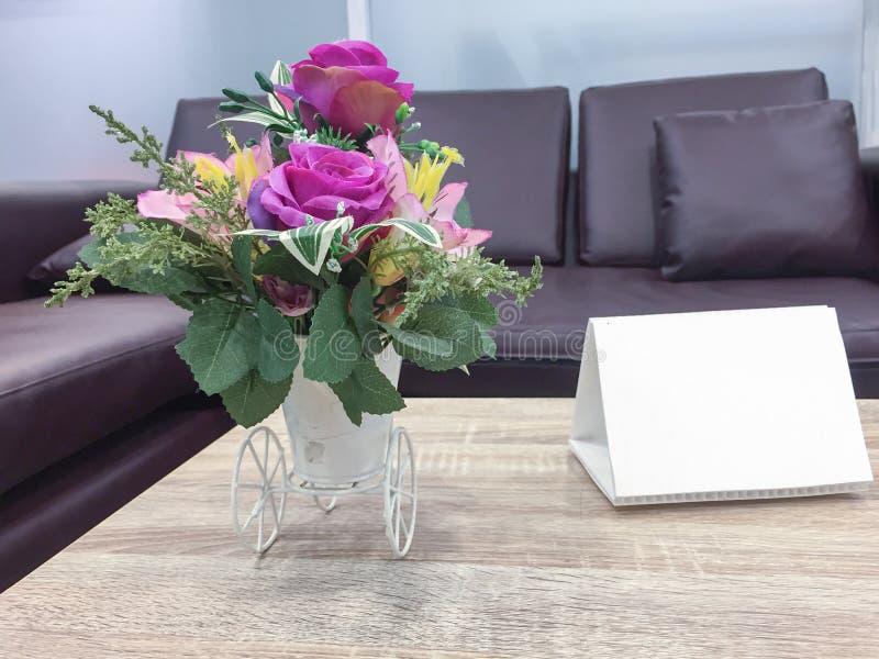 Vas för konstgjord blomma på tabellöverkant arkivbild