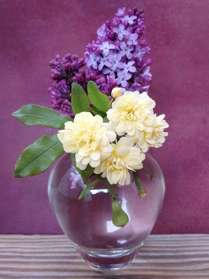 Vas med blommor på trätabellen royaltyfri fotografi