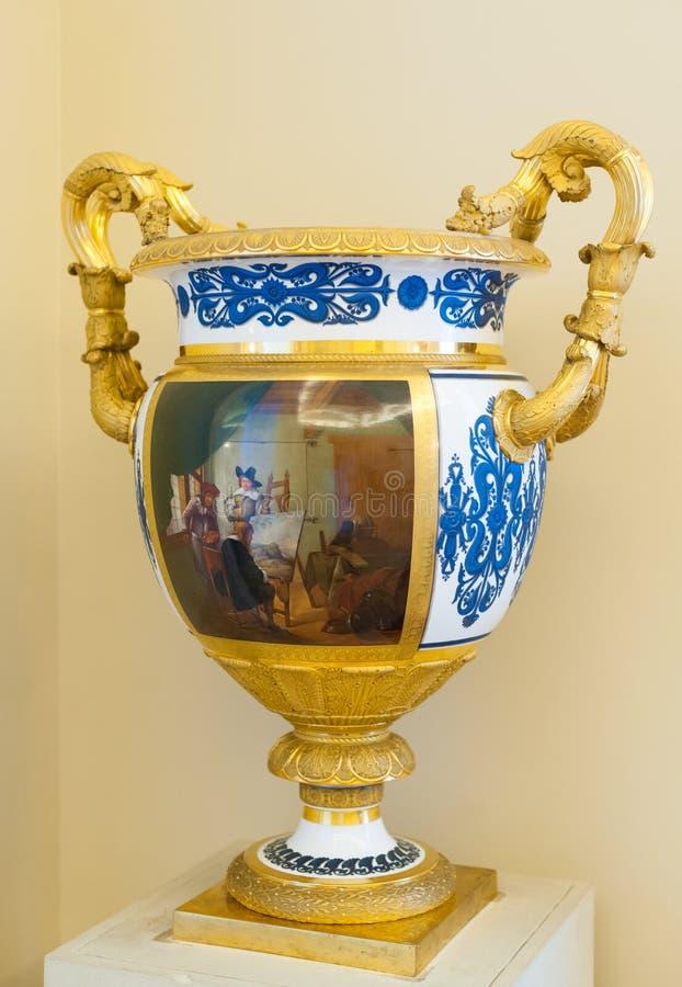 Vas med guld- handtag i eremitboning royaltyfri foto