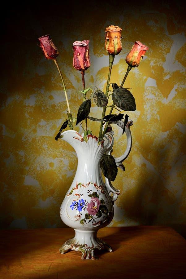 Vas med torra blommor royaltyfri foto