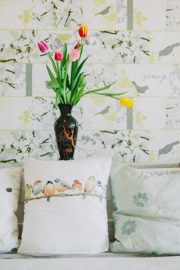 Vas med tulpan i vårbackgroud fotografering för bildbyråer
