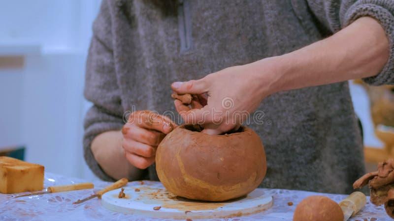 Vasaio maschio professionista che fa brocca ceramica fotografia stock