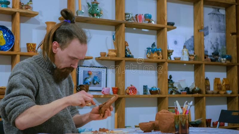Vasaio professionista che fa il tubo di tabacco ceramico fotografie stock libere da diritti