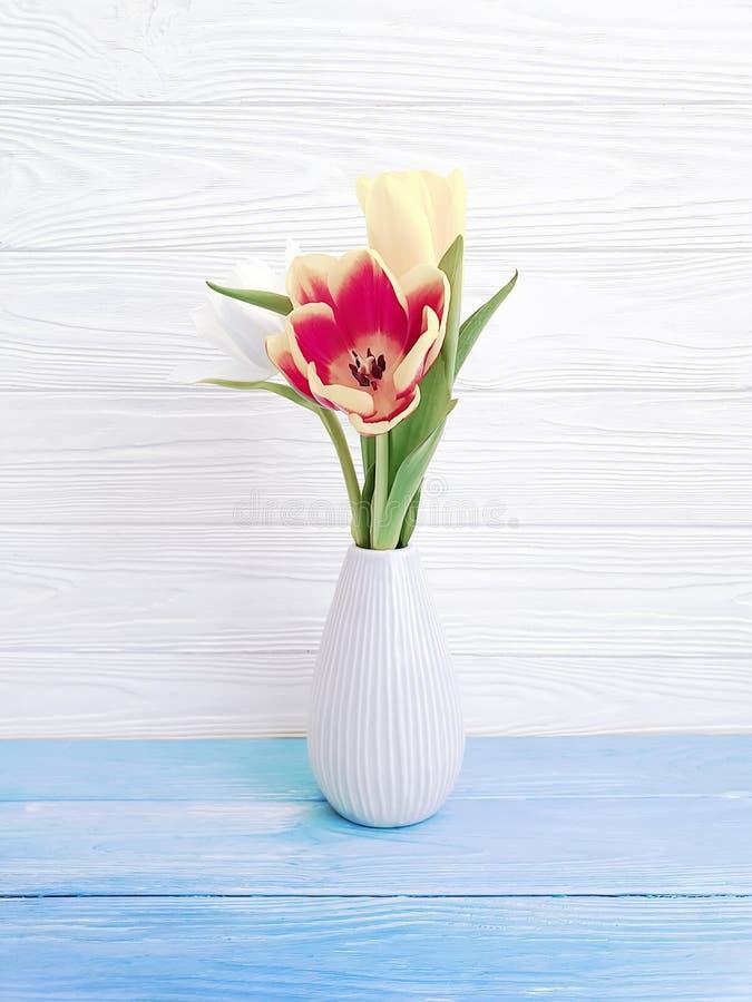 Vasbukett av elegans för inre vår för tulpandekor färgrik romantisk på träbakgrund royaltyfri bild