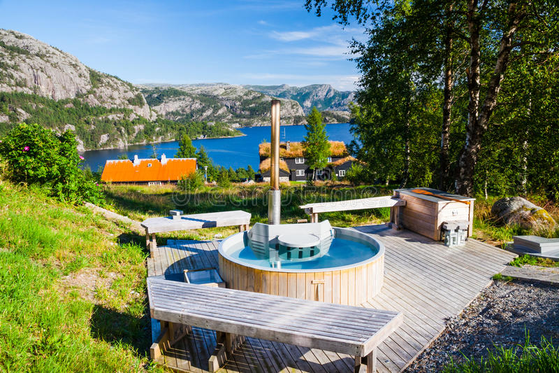 Jacuzzi della vasca calda fuori di una casa moderna for Vasca per stagno