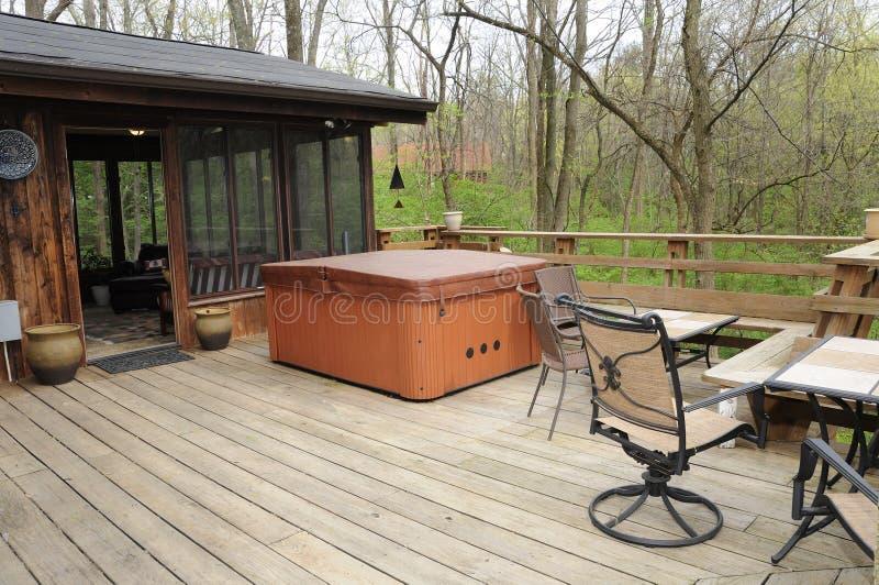 Vasca calda nel legno fotografie stock