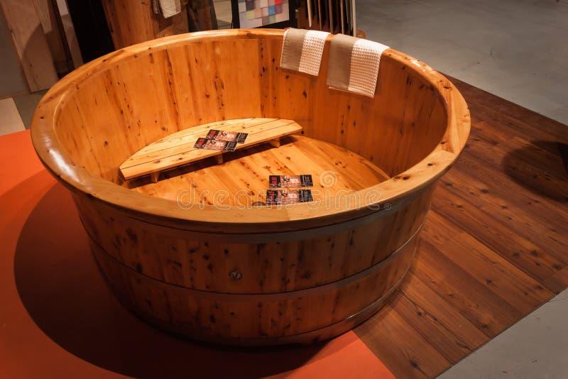 Vasca da bagno di legno al festival di olis a milano - Vasca da bagno in legno prezzi ...