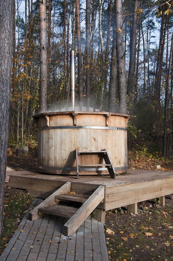 Vasca da bagno di legno all 39 esterno fotografia stock for Vasca tartarughe da esterno