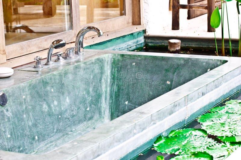 Vasca Da Bagno Esterna Della Jacuzzi In Giardino 1 Fotografia Stock - Immagine di acquazzone ...
