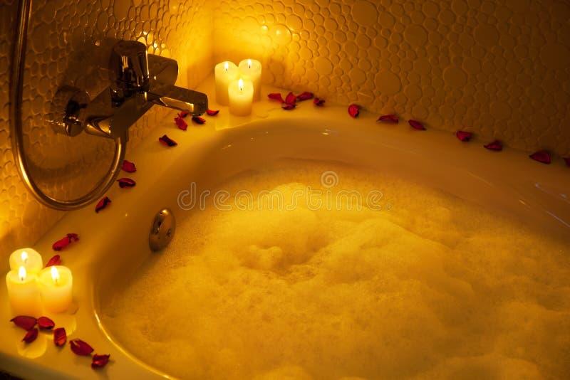 Vasca da bagno romantica fotografia stock