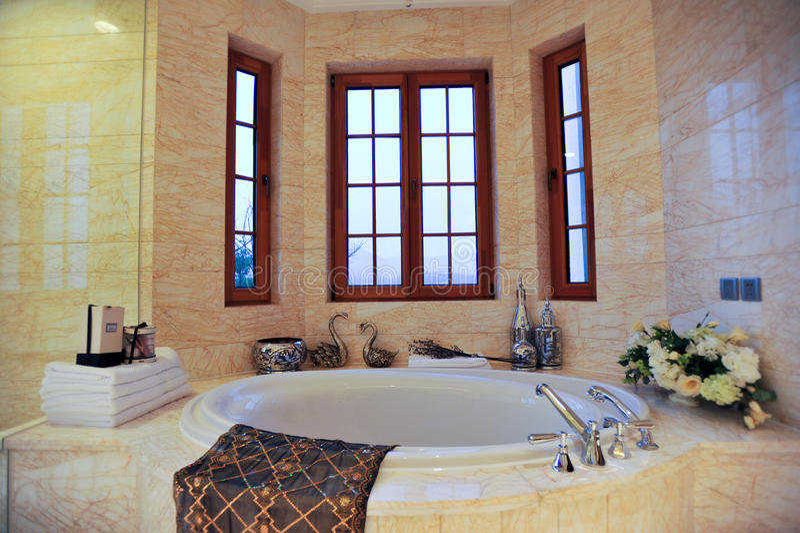 Vasca da bagno rotonda fotografia stock immagine di - Tenda vasca da bagno ...