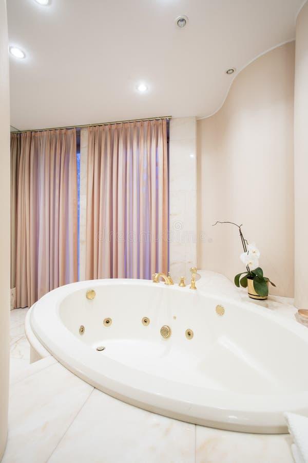 Vasca da bagno rotonda fotografia stock. Immagine di vuoto - 52709750