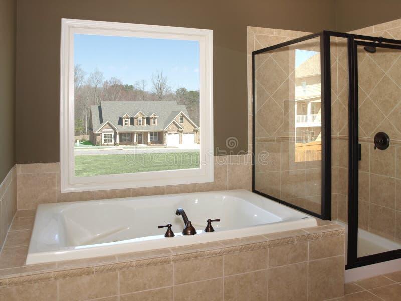Vasca della stanza da bagno e finestra di lusso 1 immagine stock libera da diritti