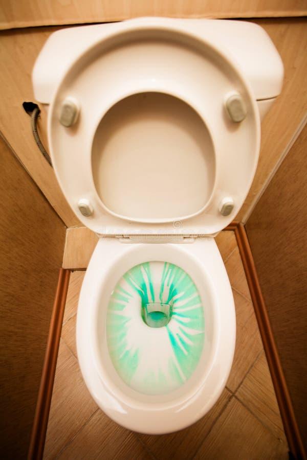 Vaschetta del lavabo con il pulitore in esso fotografie stock libere da diritti
