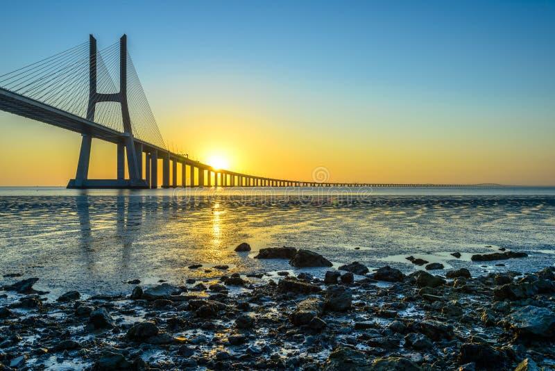 Vasco da Gama Bridge bij zonsopgang stock afbeeldingen