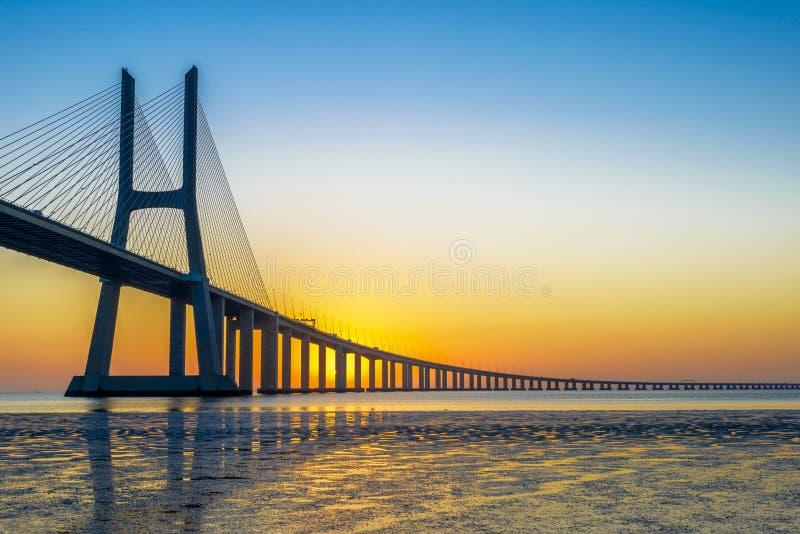Vasco da Gama Bridge en la salida del sol imagen de archivo libre de regalías