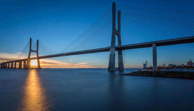 Vasco da Gama Bridge en la salida del sol fotografía de archivo