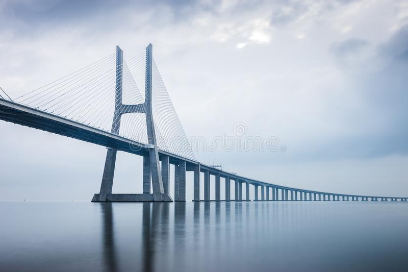 Vasco da Gama Bridge en la salida del sol en Lisboa, Portugal él lo más de largo posible imagen de archivo libre de regalías