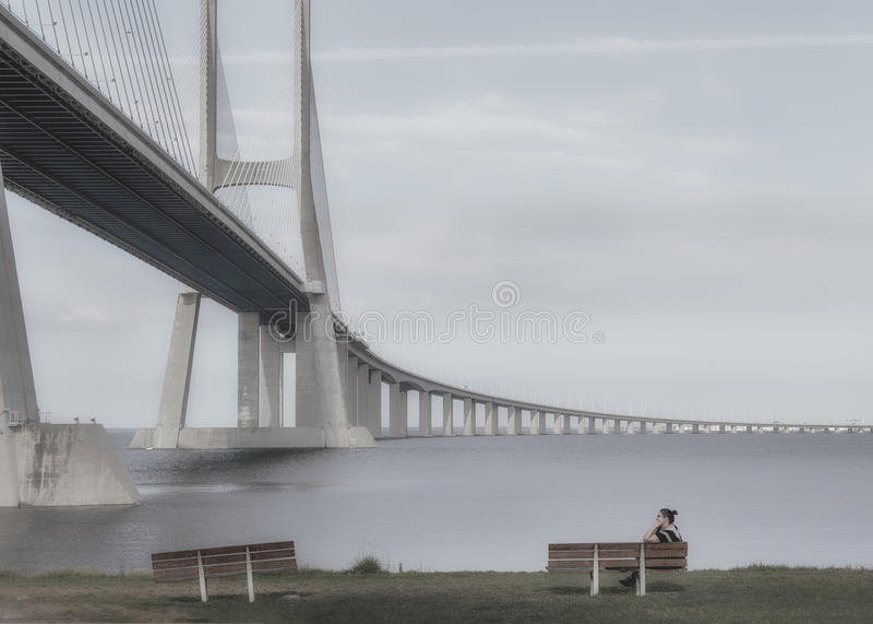 Vasco da Gama Bridge es un puente cable-permanecido flanqueado por los viaductos y los rangeviews que atraviesa el río Tagus en P imágenes de archivo libres de regalías
