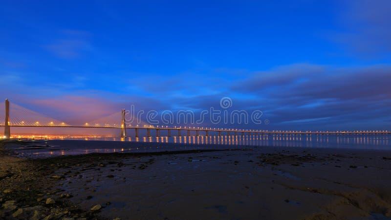 Vasco da Gama Bridge i Lissabon på natten arkivbilder