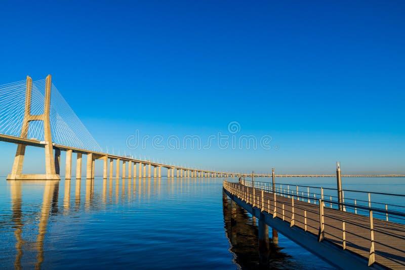 Vasco da Gama Bridge i Lissabon, Portugal Det ?r den l?ngsta bron i Europa royaltyfria foton