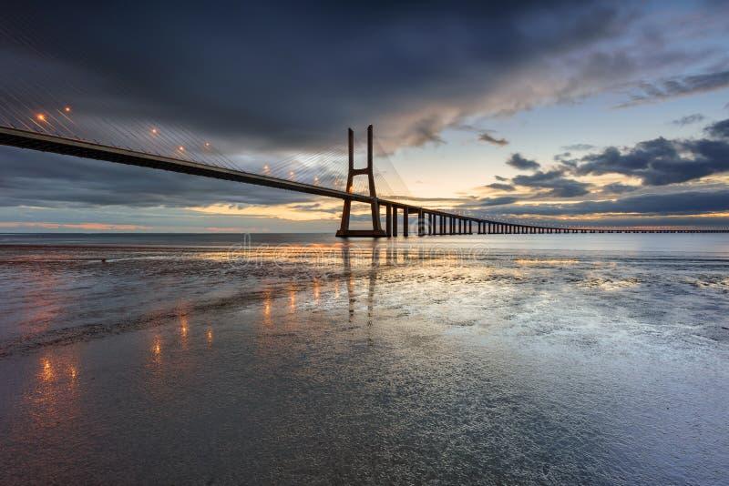 Vasco da Gama Bridge-landschap bij zonsopgang stock foto