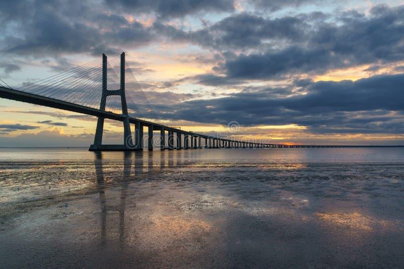 Vasco da Gama Bridge-landschap bij zonsopgang royalty-vrije stock foto