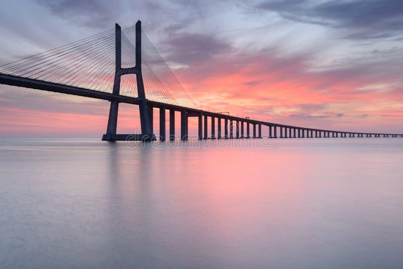 Vasco da Gama Bridge landskap p? soluppg?ng En av de l?ngsta broarna i v?rlden Lissabon är en fantastisk turist- destinationsbeca royaltyfria foton